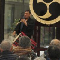 利用者の皆さんの前で太鼓を演奏する小田洋介さん